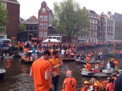 Eine Gracht mit Partybooten